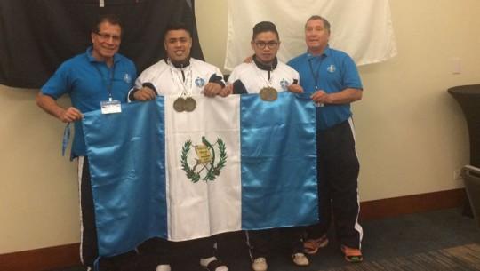Cristopher Osorio no solo se quedó con el oro, sino también impuso un nuevo récord en la categoría juvenil. (Foto: Potencia Guatemala)