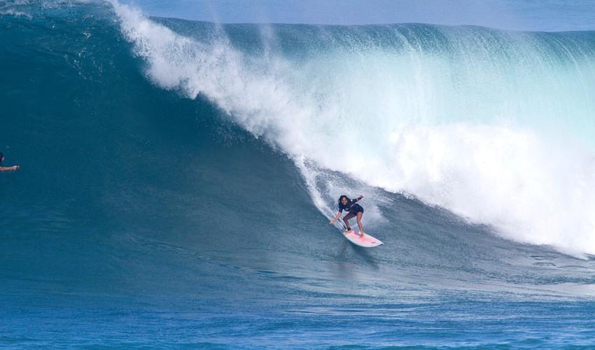 Polly lleva varios años viviendo en Hawaii, donde ha surfeado en diferentes olas gigantes, especialmente en Waimea, su ola favorita. (Foto: Gary Miyata)