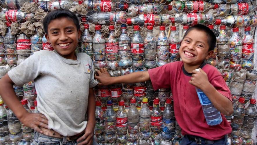 Niños recolectan basura para llenar botellas plásticas y así crear los ecoladrillos. (Foto: Hug It Forward)