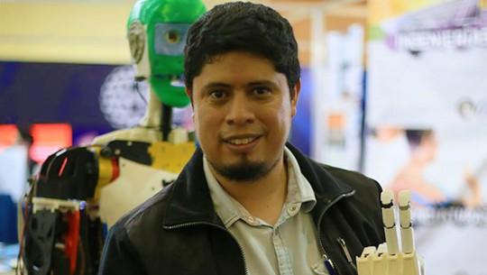 El guatemalteco Julio Fajardo creó prótesis para antebrazos a bajo costo. (Foto: MIT Technology Review)