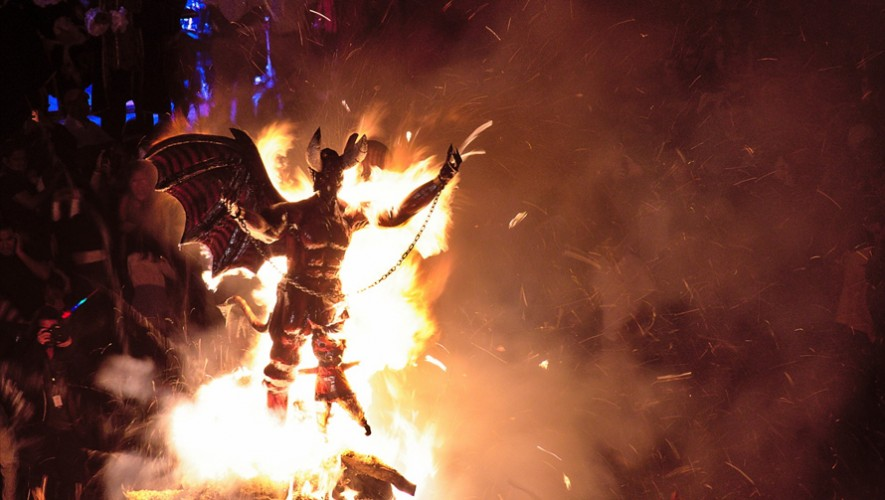 Quema del Diablo en Barrio de la Concepción Antigua Guatemala   Diciembre 2016