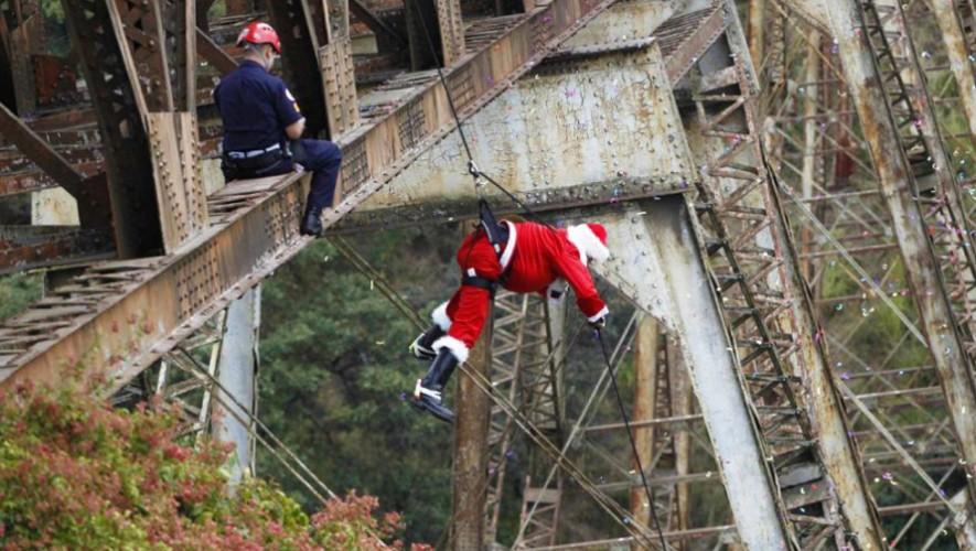 El oficial mayor de los bomberos Héctor Chacón desciende haciendo rapel desde el puente. (Foto: Jorge Dan López/Reuters)