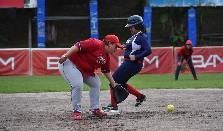La Usac sigue con paso firme en busca del tricampeonato femenino de sóftbol. (Foto: Marian Von-Rayntz)