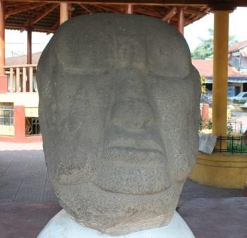 Rostros en el Parque Arqueológico en La Democracia, Escuintla.