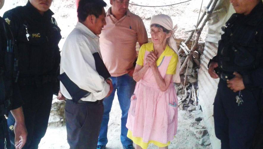 Agentes reunieron víveres para regalarle a una señora de escasos recursos. (Foto: PNC de Guatemala)