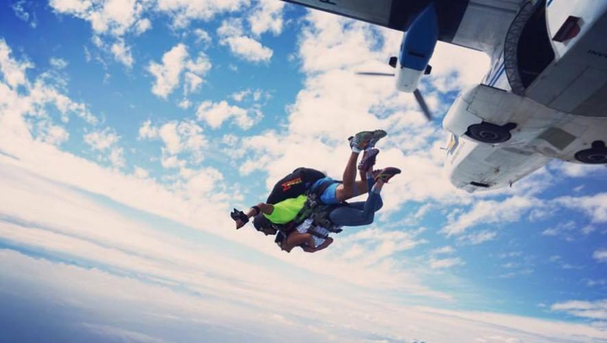 Salto en paracaídas con aterrizaje en la playa en Monterrico  Enero 2017