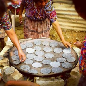 Tortillas de maíz negro en Guatemala