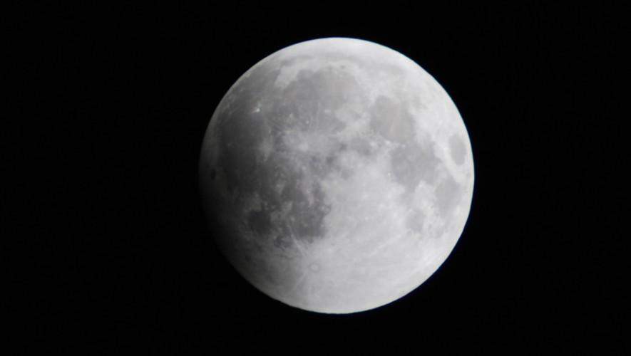 La luna perderá parte de su  luminosidad debido al eclipse penumbral.(Foto: Uiverse Today)