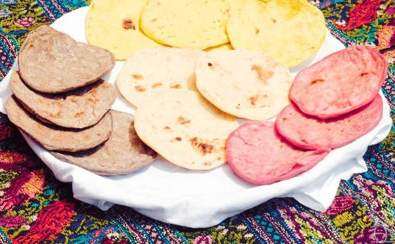 en Guatemala hay tortillas de maíz rosadas, amarillas, blancas, negras y verdes