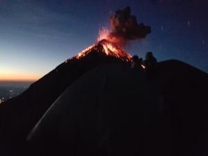 erupcion volcan fuego - guicho aventuras