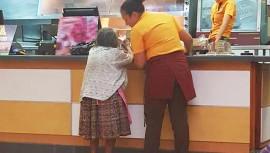 Las dos jóvenes guatemaltecas tratan con mucho cariño a Doña Chayito. (Foto: Brenda Itzé Lemus Gordillo)