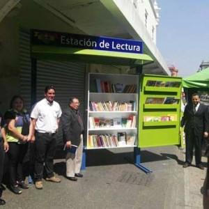 Estación de lectura en la Sexta Avenida de la ciudad de Guatemala