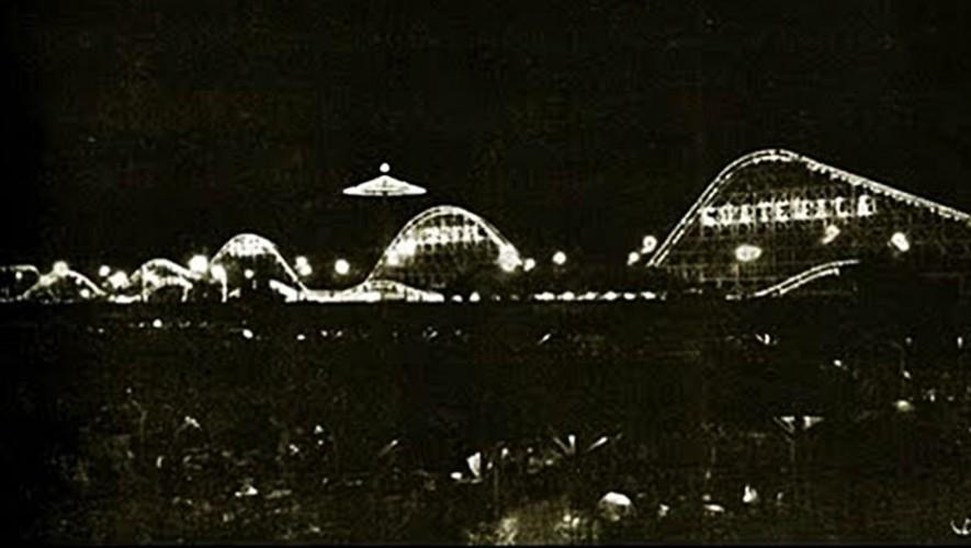 """Vista nocturna de la feria. La montaña rusa tenía escrito """"Feria Nacional de Guatemala"""". (Foto: Fotos Antiguas de Guatemala)"""