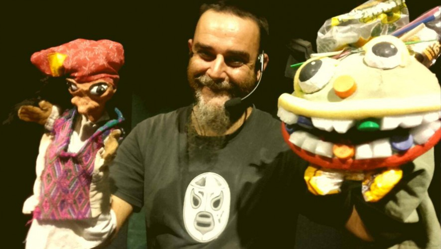 Paolo Iorio junto a sus títeres en Guatemala. (Foto: Guay Mallen)