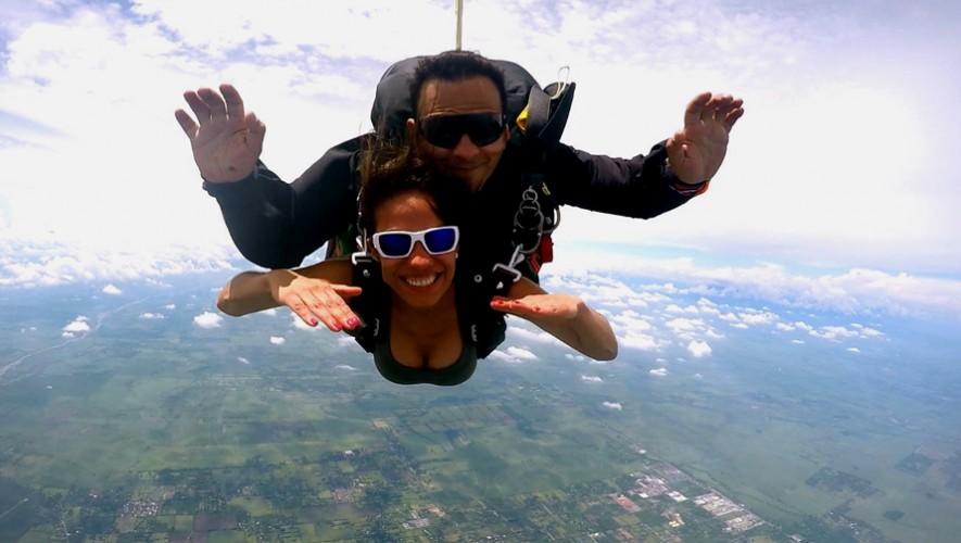 Saltos en paracaídas para celebrar San Valentín en Skydive, Escuintla | Febrero 2017