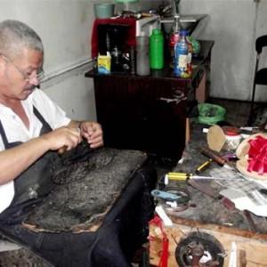 Arregla zapatos en Guatemala