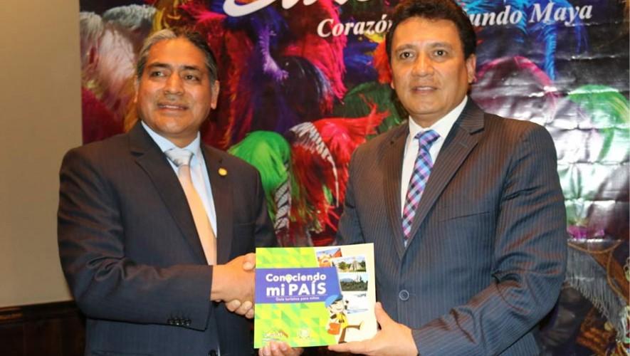 Inguat entrega nueva guía turística para niños al Ministerio de Educación