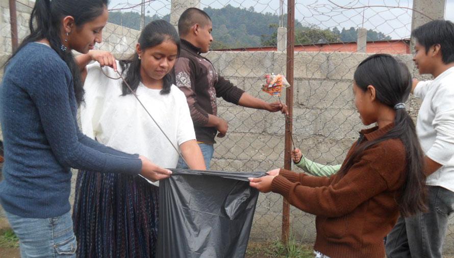 Limpiando las calles de Antigua Guatemala