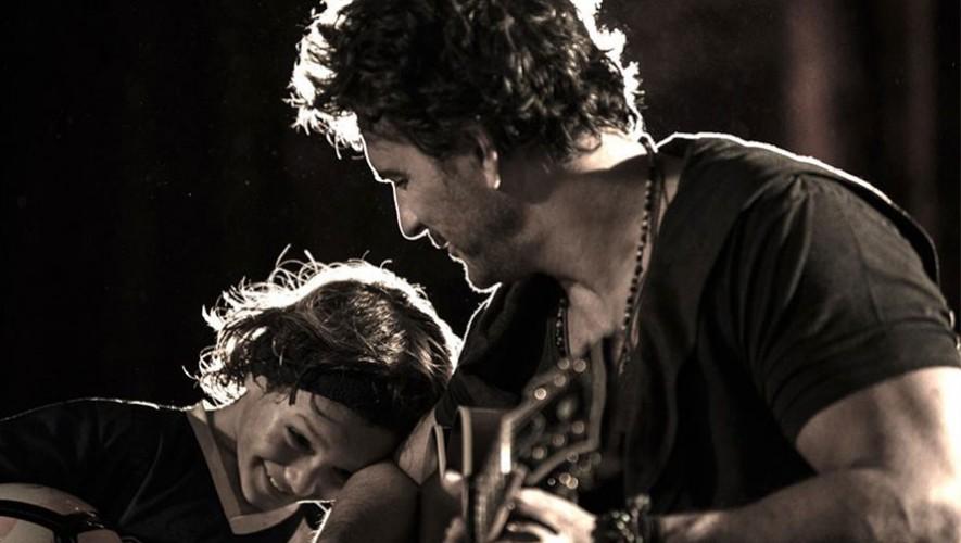 Nico hijo de Ricardo Arjona interpretó la canción Ella