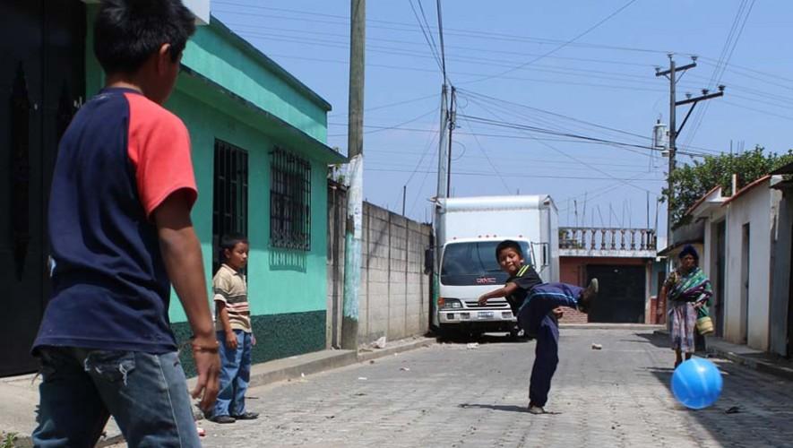 Niños juegan futbol en las calles de Guatemala