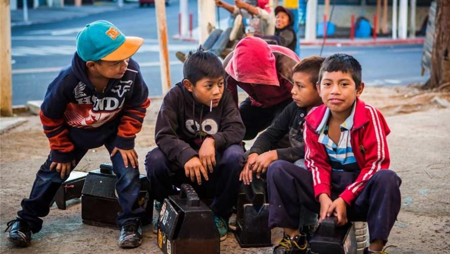 Otorgan becas de estudio a niños y jóvenes lustradores en Guatemala 2017