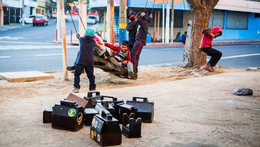 Otorgan becas de estudio a niños lustradores en Guatemala