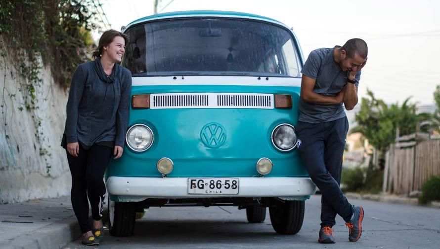 Pareja realiza viaje de Chile a Guatemala por tierra en una combi Volkswagen