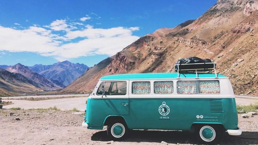 Realizan viaje de Chile a Guatemala por tierra en una combi Volkswagen modelo 77