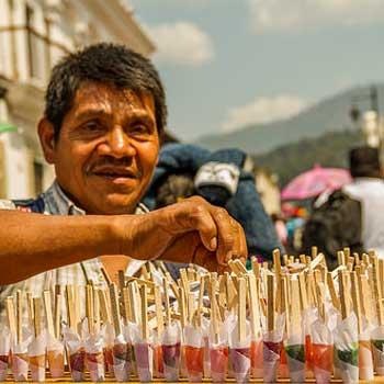 Vendedor de chupetes en Semana Santa