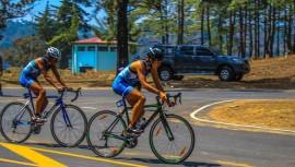 Las triatletas guatemalteca López y Spiegeler lograron la mejor actuación de la delegación en Costa Rica. (Foto: Duro Al Pedal Guatemala)