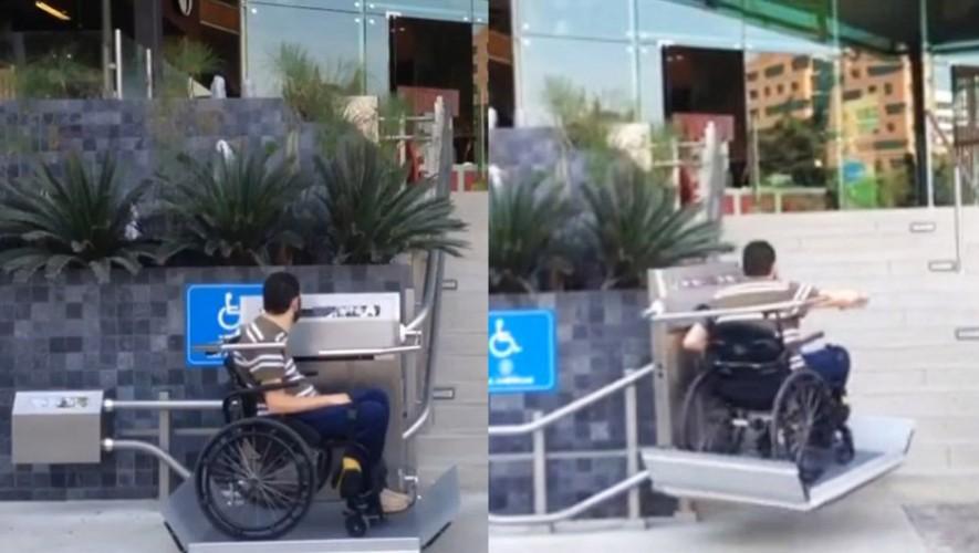 Centro comercial en la Ciudad de Guatemala habilita rampa eléctrica para discapacitados