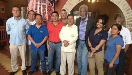 El actor Morgan Freeman junto al personal del restaurante. (Foto: Los Ranchos Guatemala)