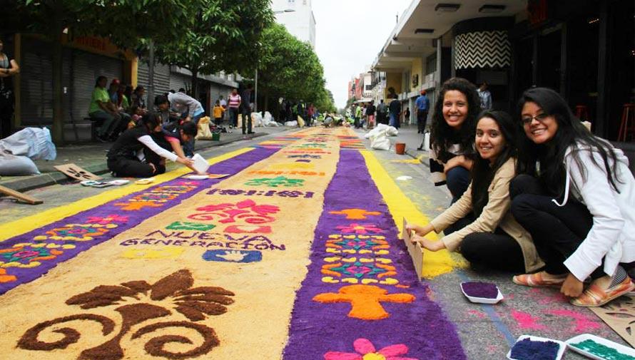 Participa en la elaboración de la alfombra más larga en Guatemala