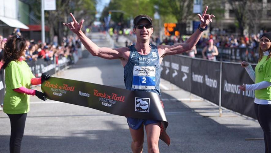El guatemalteco fue el mejor corredor en la distancia de 42 kilómetros celebrados en Carolina del Norte. (Foto: Rock 'n' Roll Marathon Series)