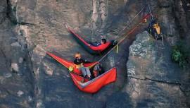 Los escaladores guatemaltecos durmieron durante una noche en hamacas ubicadas a 600 pies sobre el suelo. (Foto: Cortesía de GEN)