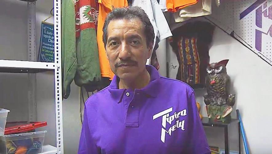 Estudiantes guatemaltecos apoyan a Don Juan Castillo, vendedor de accesorios típicos