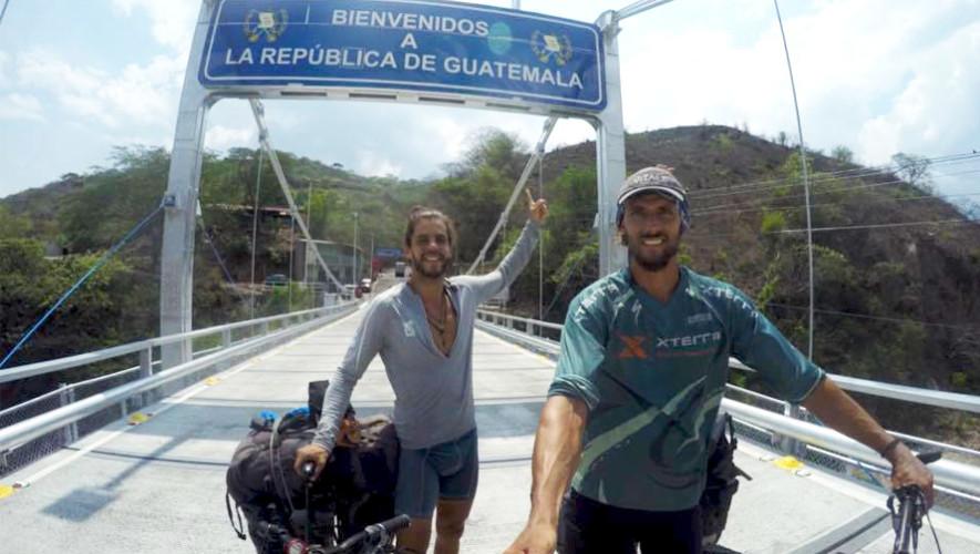 Los deportistas Vandre y Thiago llegan a Guatemala en bicicleta desde Brasil