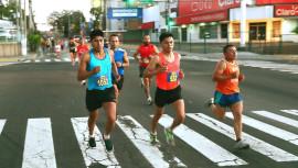 Mario Sucup —al centro— fue el ganador de los 21 kilómetros de la carrera celebrada en El Salvador. (Foto no pertenece a la carrera) (Foto: Running 4 Help)