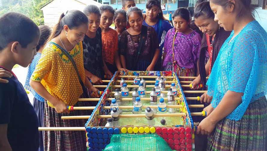 Estudiantes guatemaltecos crean una mesa de futillo con material reciclado