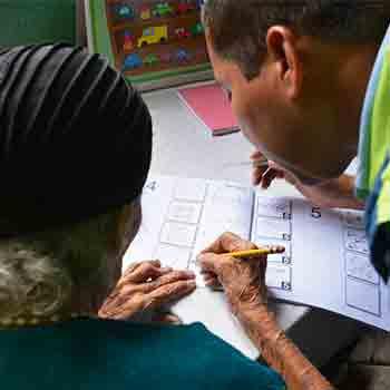 Guatemalteca Matilde Colindres Flores de 104 años aprende a leer y escribir