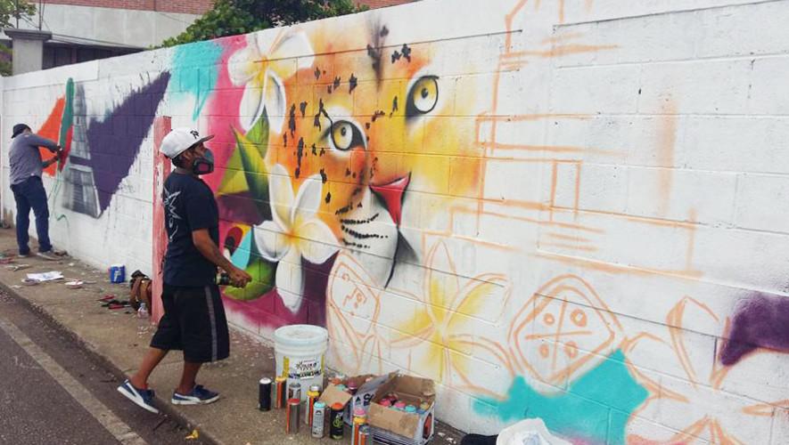 Guatemaltecos pintan murales artísticos en Santa Elena, Petén 2017