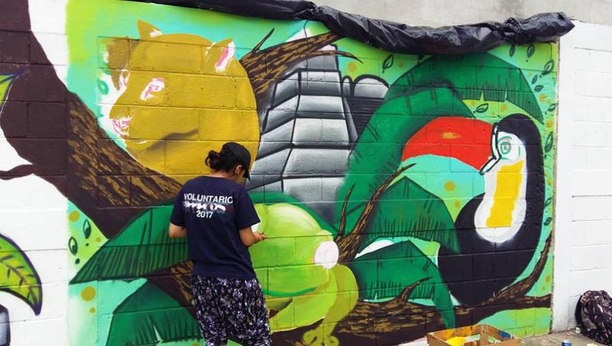 Guatemaltecos pintan murales artísticos en Santa Elena, Petén