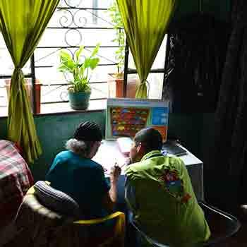 Matilde Colindres Flores de 104 años aprende a leer y escribir en Guatemala