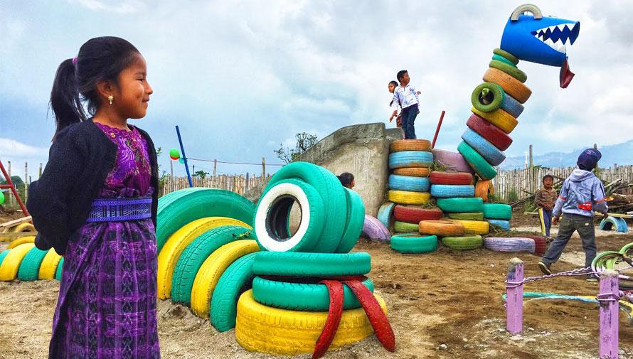Playground Ideas destaca al Tiranosaurio Rex hecho de llantas recicladas en Guatemala