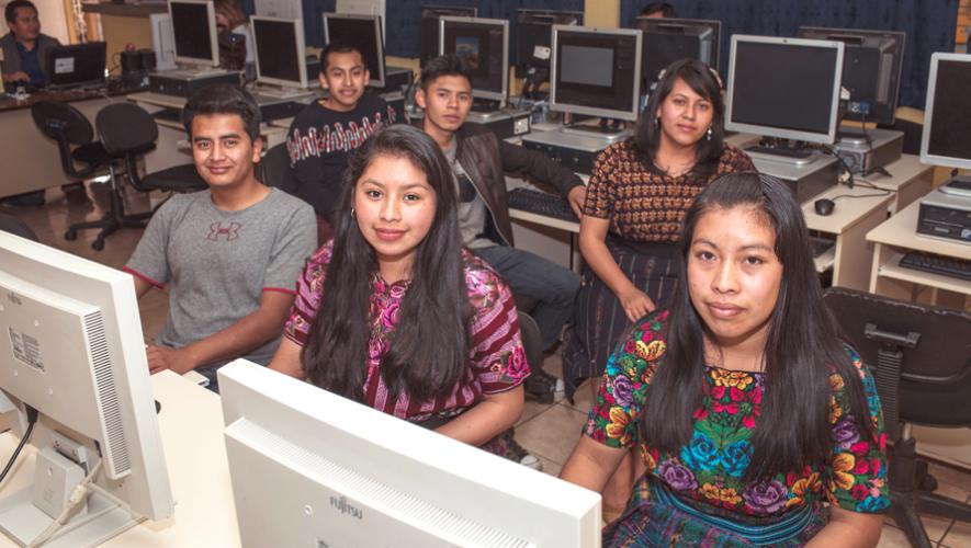 Programa Valentina capacita y coloca a jóvenes guatemaltecos en sector de tecnología