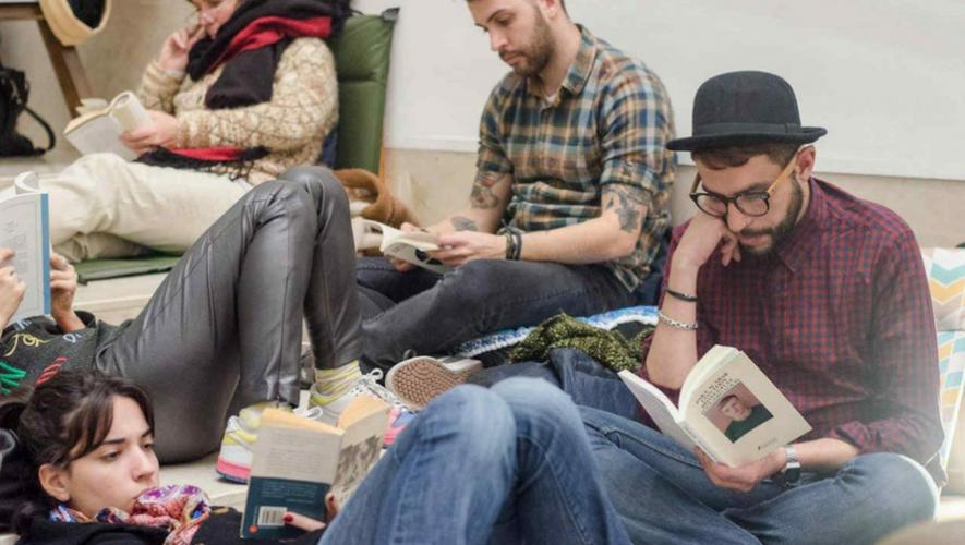 Fiesta de lectura silenciosa en Mona Café | Junio 2017