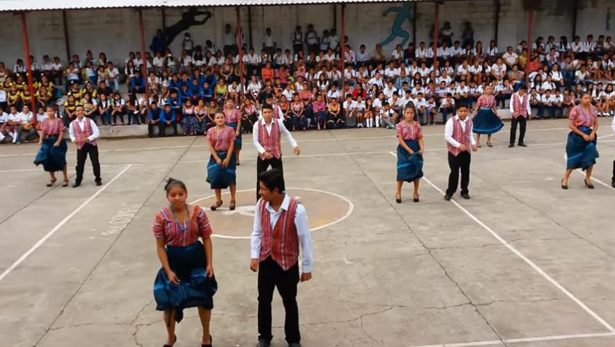Estudiantes de Suchitepéquez realizan una coreografía con Marimba Guatemala