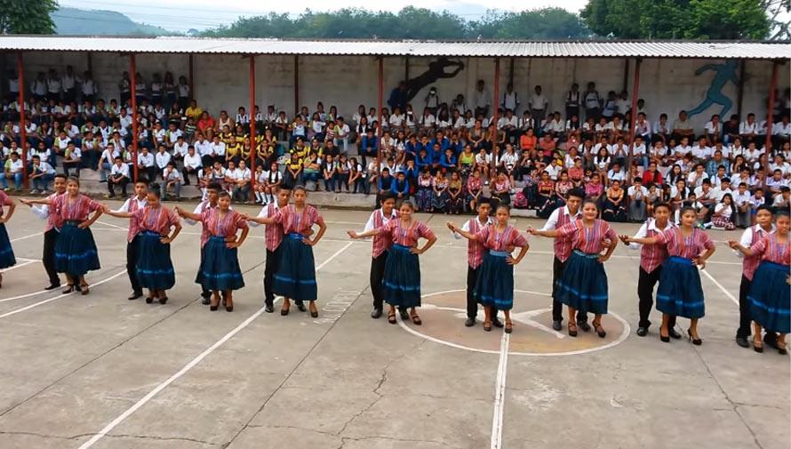 Estudiantes de Suchitepéquez realizan una coreografía con Marimba