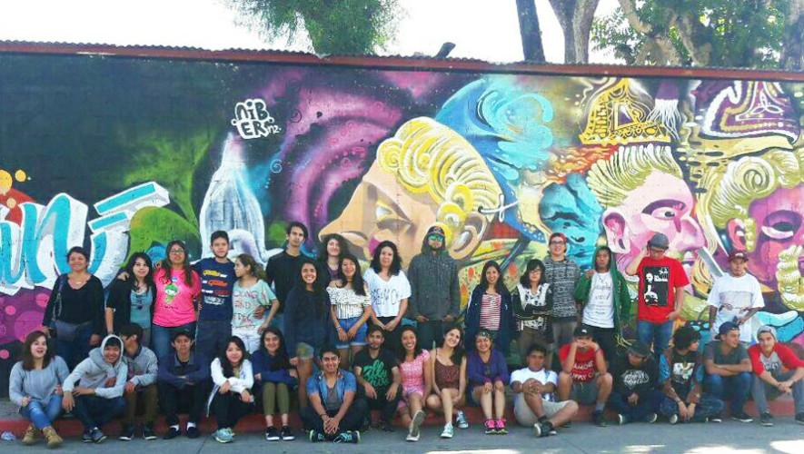 Guatemaltecos pintan murales artísticos en Cobán, Alta Verapaz