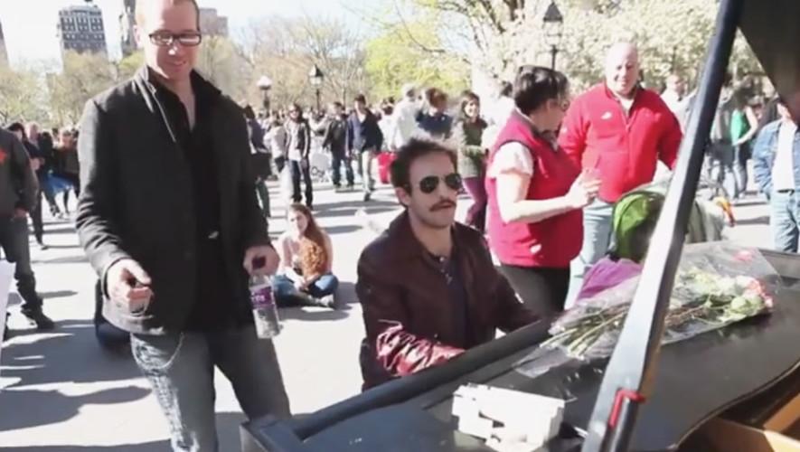 Javier Samayoa improvisa canción en un parque de Nueva York